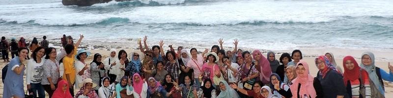 rukun-ibu-itn-malang-ulang-tahun-wisata-ke-pantai-selatan-gratis