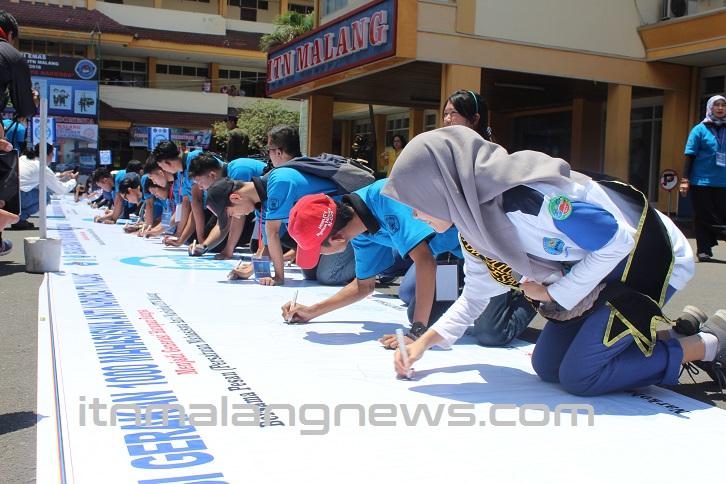 Tanda Tangan di Banner 30 meterdeklarasi anti narkoba