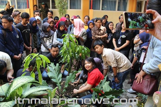Ciptakan Green Living Kampus Mahasiswa ITN Malang Tanam Pohon