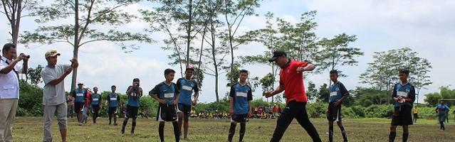 Lakukan Coaching Clinic, Rahmad Darmawan Puji Dribbling Peserta Rektor Cup ITN Malang