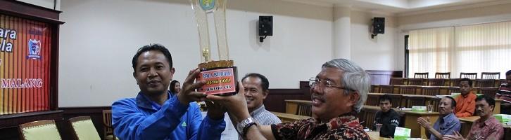 Para Jawara Rektor Cup ITN Malang Terima Piala dan Sejumlah Uang