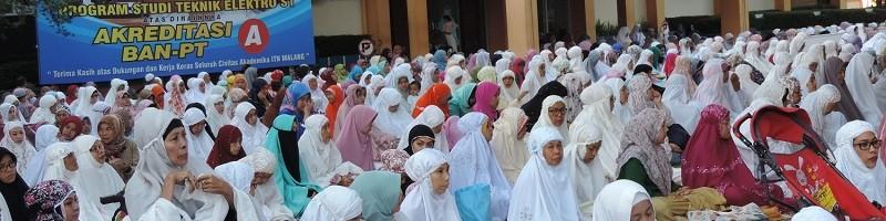 Masyarakat-Ikuti-Salat-Idul-Fitri-di-Halaman-Kampus-ITN-Malang