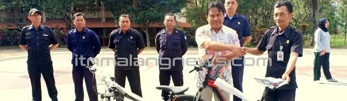 Tingkatkan-Satuan-Keamanan-P2PUTN-Serahakan-2-Sepeda-Patroli-Kepada-Satpam-Kampus-II-ITN-Malang