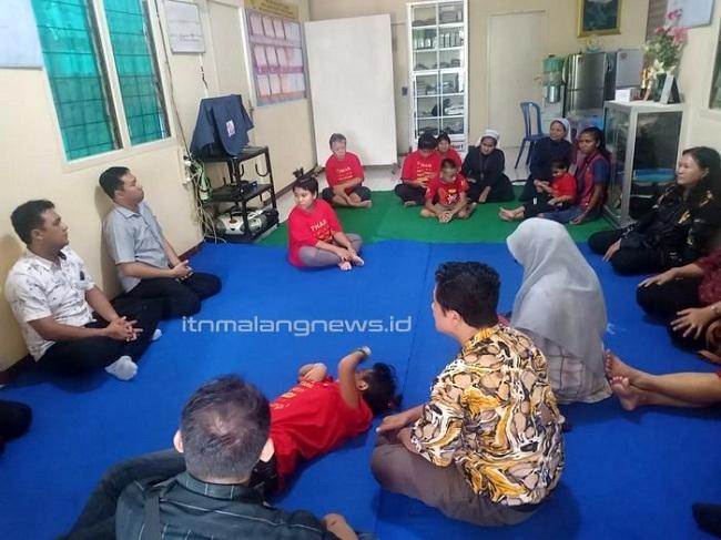 Dosen dan staf ITN Malang membaur dengan penghuni Panti Bhakti Luhur Kediri