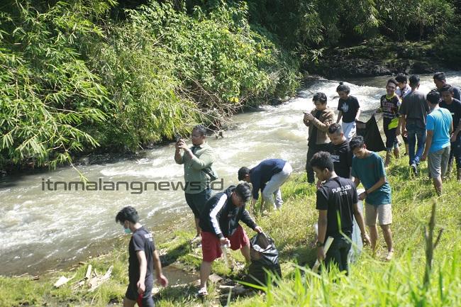 Mahasiswa PWK ITN Malang dan City Care sedang gotong royong membersihkan Sungai Mewek