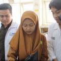 Mahasiswa Teknik Kimia ITN Malang sedang menjelaskan cara pembuatan produk makanan di Laboratorium Teknologi Bahan Makanan (TBM)