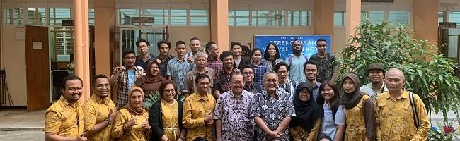 Asesor, dosen dan mahasiswa Perencanaan Wilayah dan Kota foto bersama di depam gedung kuliah PWK