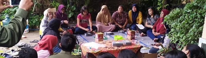 Mahasiswa Teknik Industri ITN Malang Latih Ibu-ibu Sawojajar Membuat Sabun
