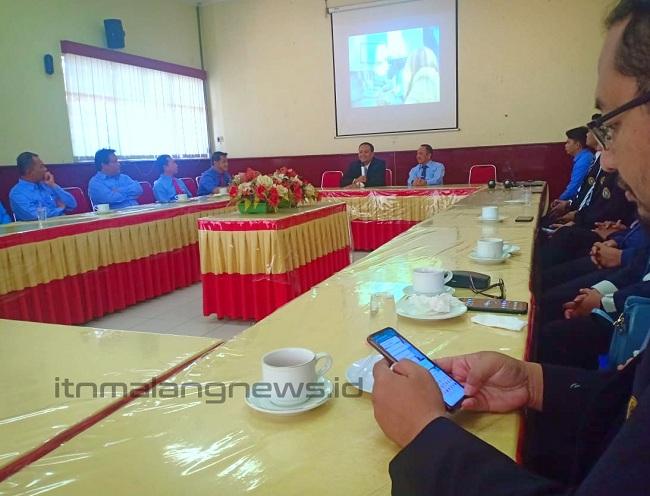 Rektor Universitas Narotama Surabaya Dr. Arasy Almudin, SE, MM (kiri) menjelaskan profil kampusnya didampingi Rektor ITN Malang Dr.Ir. Kustamar, MT (kanan).