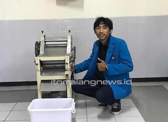 Johan Dwi Purnomo, mahasiswa Teknik Industri D-3 ITN Malang dengan hasil karyanya 'Alat Pencetak Mie Otomatis'