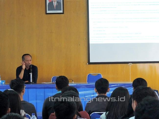 Ketua IAI Wilayah Malang saat memberi materi di itn malang
