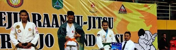 Penyerahan medali bersama para rival pertandingan. (Foto Istimewa)
