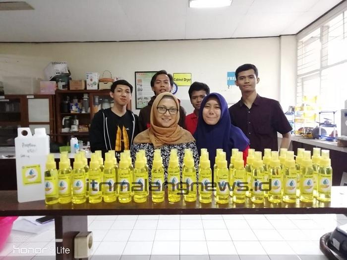 Teknik Kimia Produksi Hand Sanitizer Gratis untuk Warga Kampus