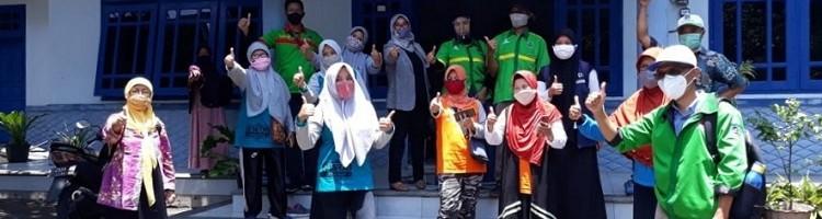 Kepala Program Studi Teknik Lingkungan Sudiro, ST MT sekaligus Koordinator Lomba Kampung Bersinal Kota Malang (kanan depan) bersama tim saat melalukan penjurian di RW 06 Kelurahan Merjosari, Kota Malang