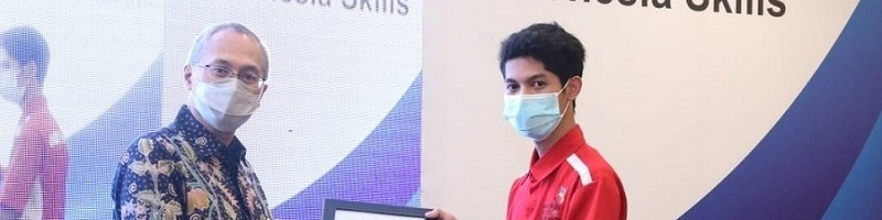 Agung Darmawan mahasiswa ITN Malang menerima plakat Juara 1 Proggraming Kejuaraan Training Center ASEAN Skills Competition (ASC) XIII Mobile Robotics 2019 – 2020 dari Dirjen Binalattas, Budi Hartawan