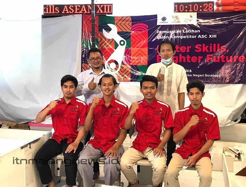 Agung Darmawan mahasiswa ITN Malang (paling kanan) bersama Tim Indonesia ASEAN Skills Competition (ASC) XIII Kejuruan Mobile Robotics 2019 – 2020 (1)