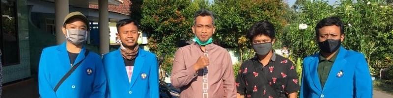 Asroful Anam, ST MT (tengah) bersma tim ITN Malang dengan modifikasi transportasi kurir sebagai alat pengantar sembako (2)