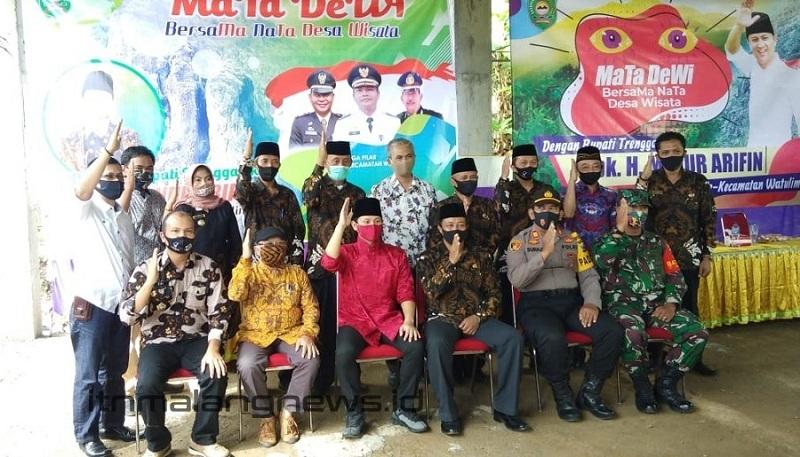 Ir. Budi Fathony, MTA, (batik kuning) duduk bersebelahan dengan Bupati Trenggalek H. Mochamad Nur Arifin (batik merah) dalam sebuah acara di Kabupaten Trenggalek beberapa waktu lalu - Copy