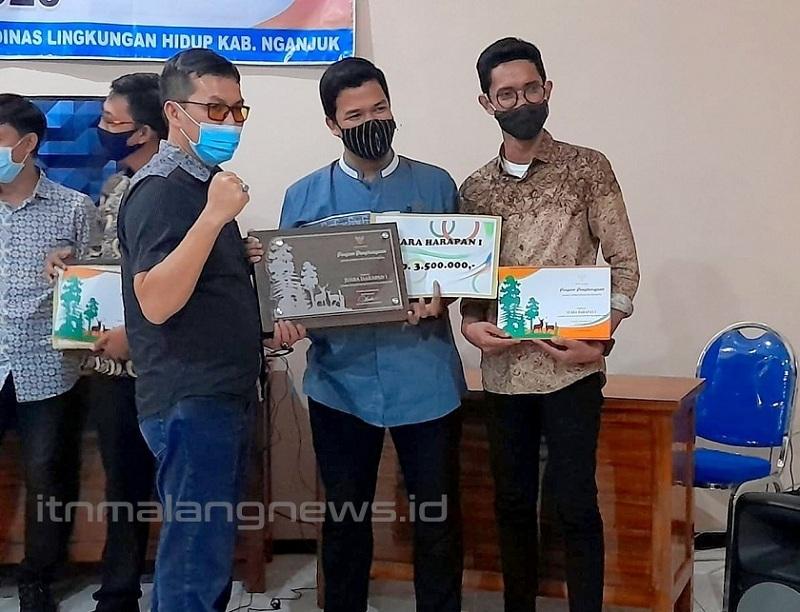 Tim Viewers Academy ITN Malang Juara Harapan 1 Lomba Desain Hutan Kota Pemerintah Kabupaten Ngajuk 2020. Ketua tim Moh. Syahru Romadhon Sholeh (tengah).