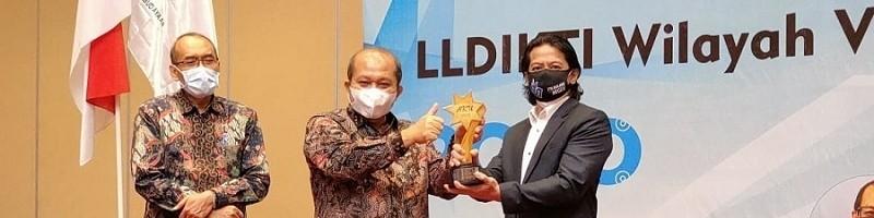 Wakil Rektor III ITN Malang Ir. Fourry Handoko, ST,SS,MT,Ph.D,IPU, (paling kanan) menerima Anugerah Kampus Ungguh (AKU) 2020 dari Koordinator LLDIKTI Wilayah VII Jatim, Prof.Dr.Ir. Soeprapto, DEA