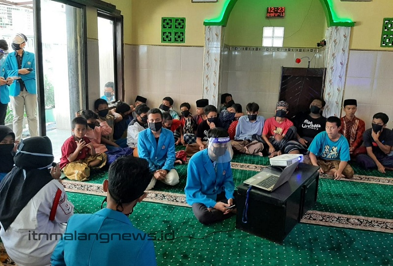 Duta Mahasiswa Satgas Covid-19 ITN Malang dan KSR PMI Unit ITN Malang adakan kampanye 3M dan bakti sosial (2)
