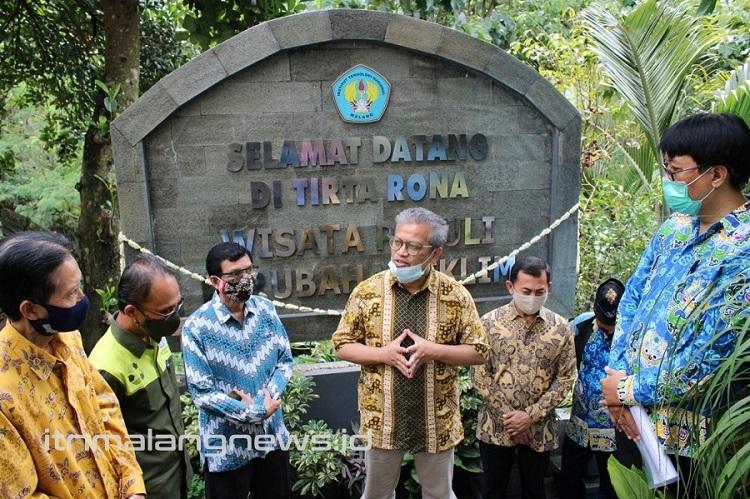 Ketua Yayasan P2PUTN Ir Kartiko Ardi Widodo MT ketika memberi sambutan peresmian Tugu Wisata Peduli Perubahan Iklim, di Tirta Rona, Tlogomas, Kota Malang (1)