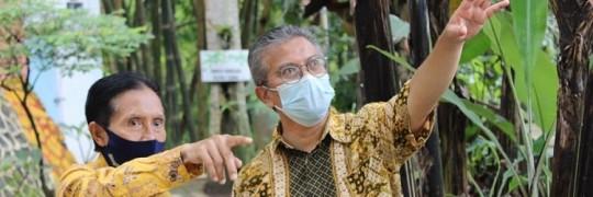 Ketua Yayasan Tirta Rona Drs Agus Gunarto EP MM (kiri) dan Ketua Yayasan P2PUTN Ir Kartiko Ardi Widodo MT (kanan) bersama-sama meninjau lokasi Tirta Rona Wisata Peduli Perubahan Iklim (1)