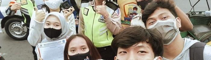 Mahasiswa ITN Malang foto bersama polisi yang bertugas saat hunting dadakan di kawasan pasar besar Kota Malang
