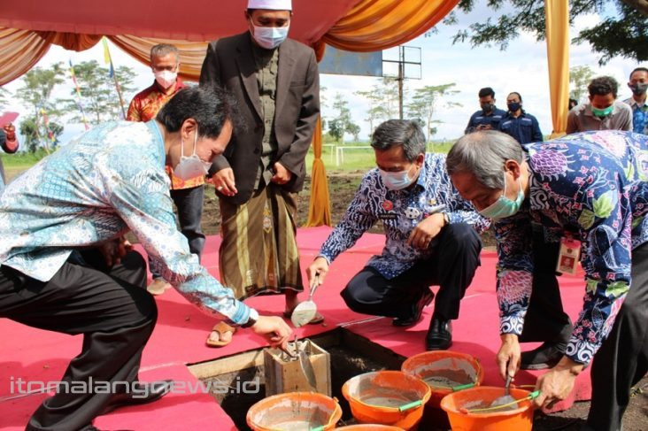 Rektor-ITN-Malang-Prof-Dr-Eng-Ir-Abraham-Lomi-MSEE-kiri-bersama-Asisten-Wali-Kota-Malang-dan-Asisten-Bupati--732x487