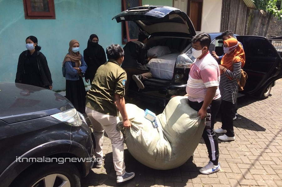 Mahasiswa ITN Malang sedang mengemas bantuan donasi berupa barang untuk banjir bandang NTT-NTB dan siap dikirim ke Aksi Cepat Tanggap (ACT) Malang