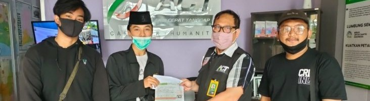 Penyerahan-donasi-dari-Himpunan-Mahasiswa-Geodesi-ITN-Malang-ke-Aksi-Cepat-Tanggap-ACT-Malang.-732x549
