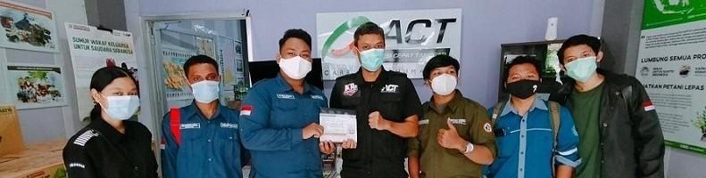 Perwakilan HMJ ITN Malang menyerahkan donasi bantuan ke Aksi Cepat Tanggap (ACT) Malang