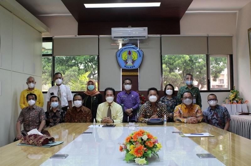 Rektor-ITN-Malang-Prof.-Dr.-Eng.-Ir.-Abraham-Lomi-MSEE-duduk-empat-dari-kiri-bersama-jajaran-rektorat-dan-rombongan-Pemkab-Mahakam-Ulu