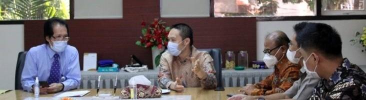Rektor-ITN-Malang-Prof.-Dr.Eng_.-Ir.-Abraham-Lomi-MSEE-kiri-mendengarkan--732x487