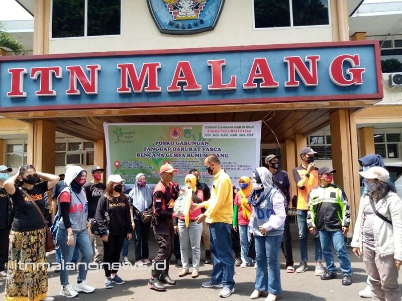 Wakil Dekan III FTSP ITN Malang, Dr. Hardianto, ST MT secara simbolis menyerahkan bantuan logistik kepada Fitri Harianto, Koordinator Aksi Sinergitas Lintas Batas