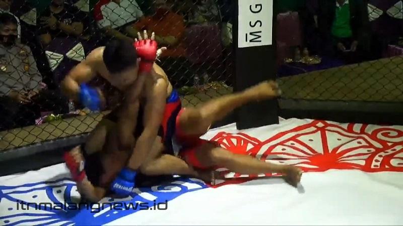 Wahyu Tedy Pratama atlet ITN Malang mengunci lawan dalam Mixed Martial Arts (MMA) 2021 di Probolinggo