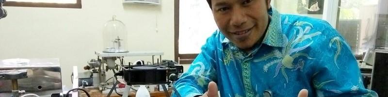 Dr. Aladin Eko Purkuncoro, ST., MT, Dosen Teknik Mesin ITN Malang merasa puas setelah reaktor ciptaanya berhasil memunculkan berkas sinar plasma, dan membawanya menjadi doktor