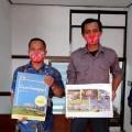 Kepala Desa Gunungrejo Samsul Hadi, ST (dua dari kanan) bersama anggota Bumdes Desa Gunungrejo, Kecamatan Singosari, Malang