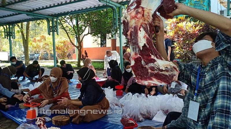 Suasana guyub rukun kegiatan pemotongan hewan kurban oleh anggota UKM Lembaga Dakwah Islamiah (LDI) ITN Malang