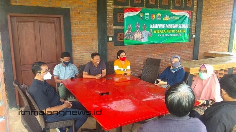Tim Kedaireka ITN Malang saat mengunjungi badan usaha milik desa (Bumdes) Barokah Desa Sumberejo Kota Batu
