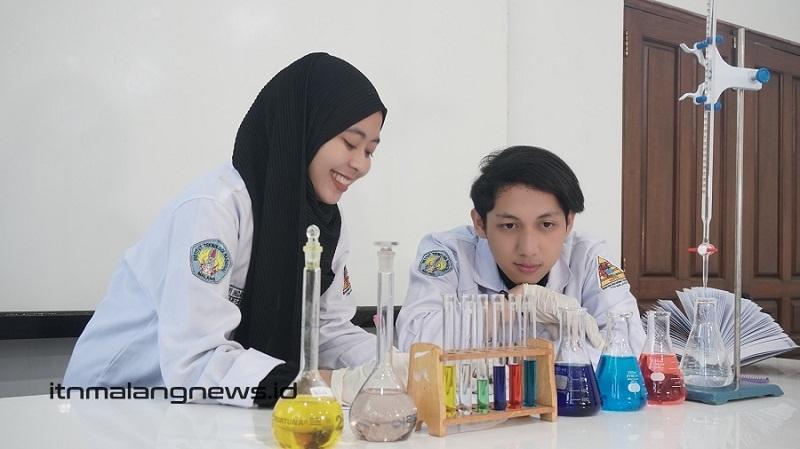 itn news Mahasiswa Teknik Kimia ITN Malang saat uji coba warna makanan di Laboratorium Teknologi Bahan Makanan (TBM