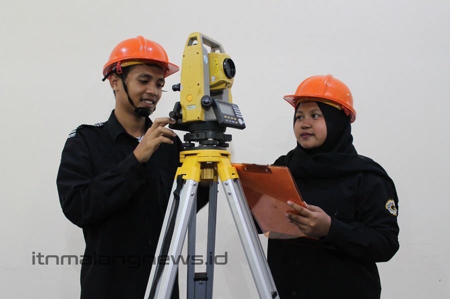 Mahasiswa Teknik Geodesi S-1 ITN Malang sedang mencoba Total Station untuk survei topografi