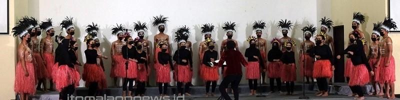 PSM VOX Coeleistis Choir (VCC) ITN Malang mengenakan pakaian adat Dayak Kalimantan saat membawakan kategori etnikmusik tradisional di Taipei International Choral Competition 2021
