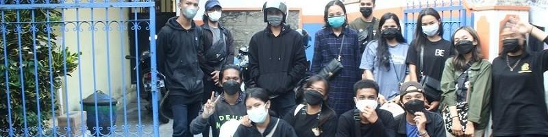 Anggota PMK (Persekutuan Mahasiswa Kristen) ITN Malang bersiap membagikan nasi kotak dalam kegiatan PMK Berbagi