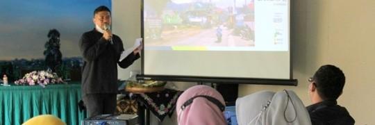 Ghoustanjiwani Adi Putra, ST. MT., tim Kedaireka Arsitektur ITN Malang memandu jalannya FGD desain participatory gapura di Bungdes Barokah, Desa Sumberejo, Kecamatan Batu, Kota Batu