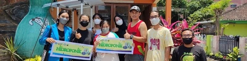 Mahasiswa magang Kedaireka ITN Malang, saat menyerahkan unit reaktor hidroponik ke salah satu RT di RW 7 Tirta Rona, Malang.