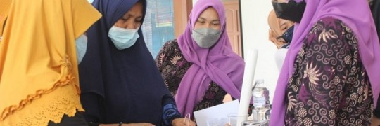 Pelatihan PHP2D ITN Malang. Ibu-Ibu PKK Desa Panggungrejo, Gondanglegi sedang memarut limbah kulit jeruk untuk membuat minyak atsiri sebagai bahan dasar aromaterapi