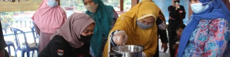 Warga Desa Panggungrejo memasak sari buah jeruk untuk dibuat permen jelly. Pelatihan pembuatan permen jelly dibimbing oleh PHP2D mahasiswa Teknik Kimia ITN Malang.